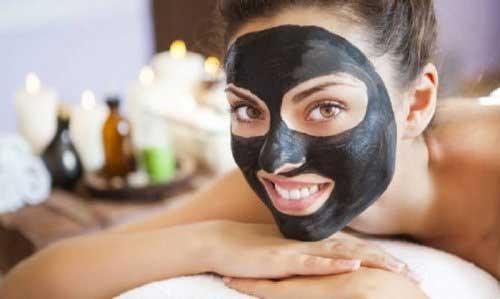 Mujer con Mascara Facial HND Carbón Vegetal Routine